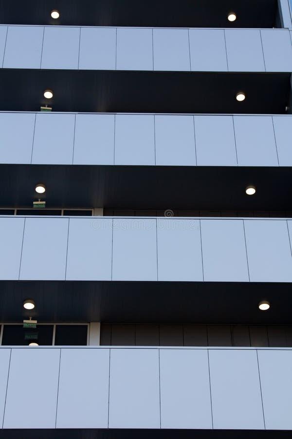 En abstrakt stadsbyggnad med balkong i distriktens affärscentrum royaltyfri fotografi