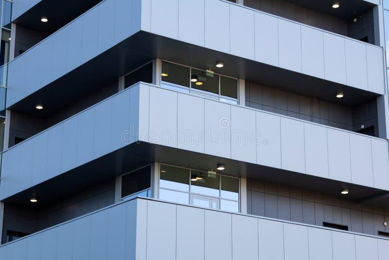 En abstrakt stadsbyggnad med balkong i distriktens affärscentrum arkivbilder