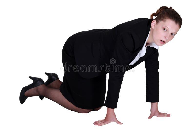 En affärskvinna på alla fours. royaltyfria bilder