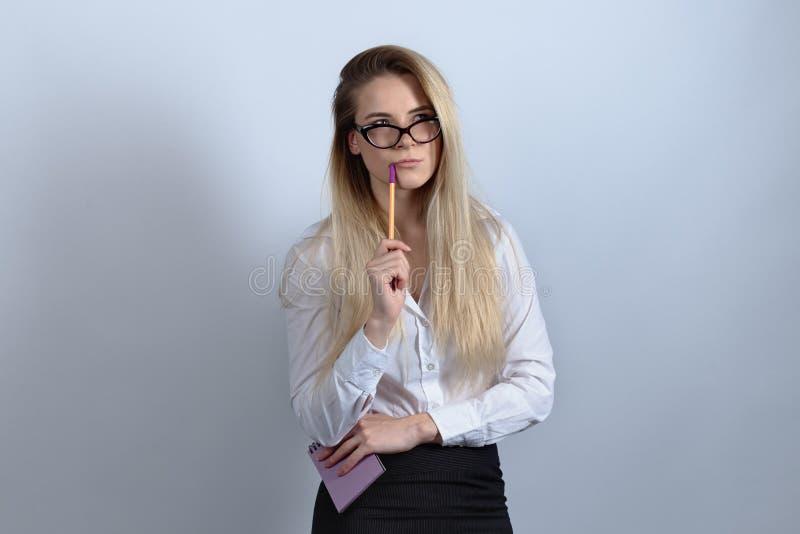 En affärskvinna, en student Intern i en affärsdräkt som rymmer a royaltyfri foto