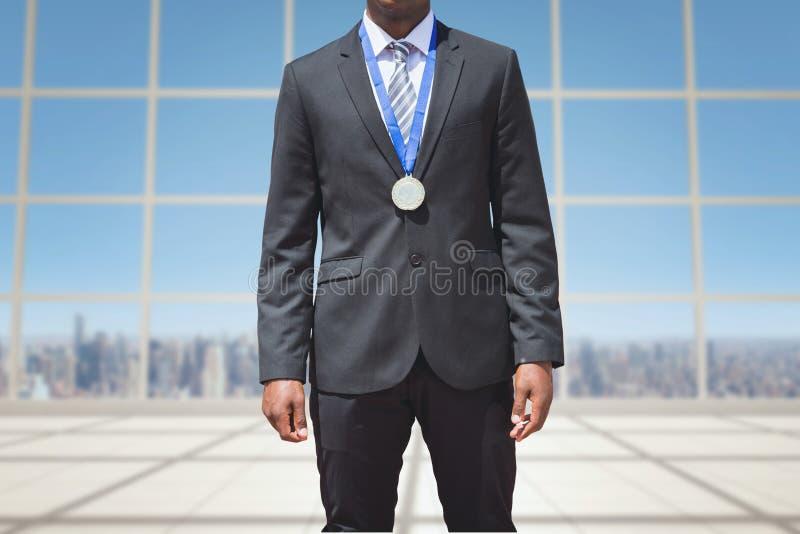 en affärsman bär en medalj på bakgrund för fönster för byggnads` s royaltyfria bilder