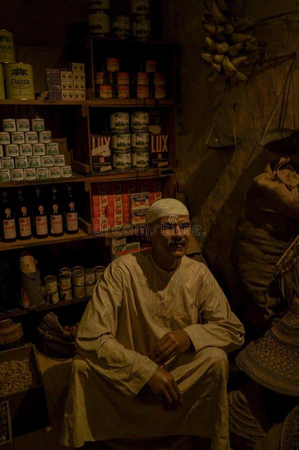 En affärsman från det förgångna historiska museet i Dubai UAE Dubai Sommar 2016 royaltyfria bilder
