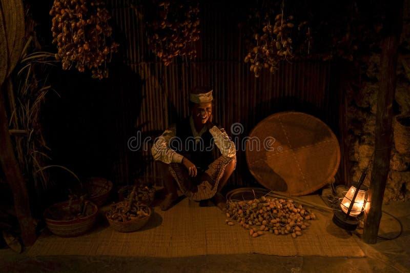 En affärsman från det förgångna historiska museet i Dubai UAE Dubai Sommar 2016 royaltyfria foton