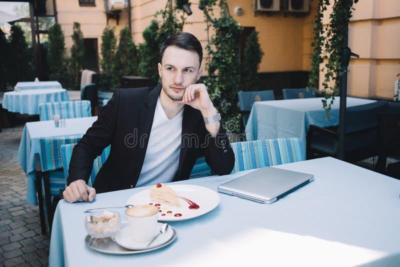 En affärsman i stad royaltyfri fotografi