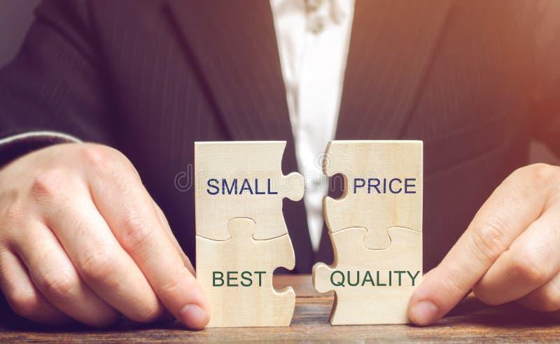 En affärsman samlar träpussel med det lilla priset för ord - bästa kvalitet Begreppet av lönande avtal för köpare lågt fotografering för bildbyråer