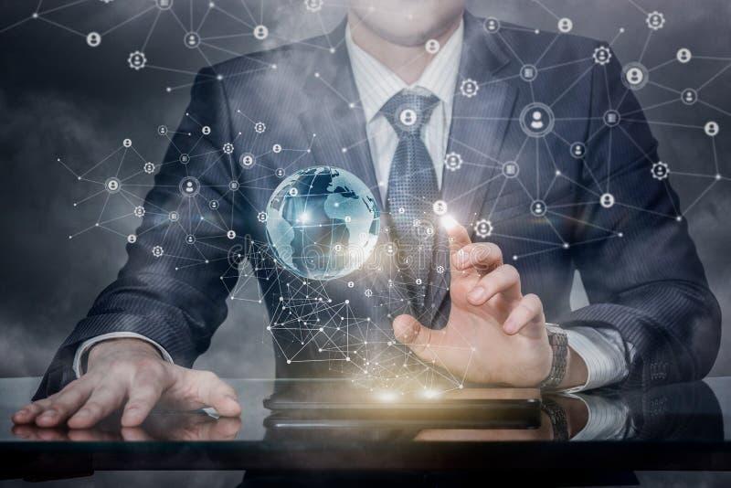 En affärsman som fungerar med det globala knyta kontakt systemet royaltyfria bilder