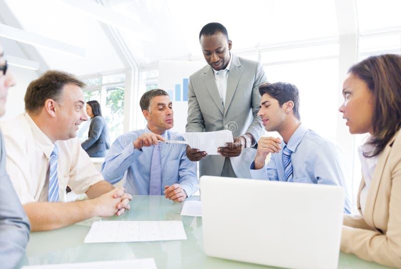 En affärsman som visar hans arbetsidéer till hans medarbetare arkivfoton