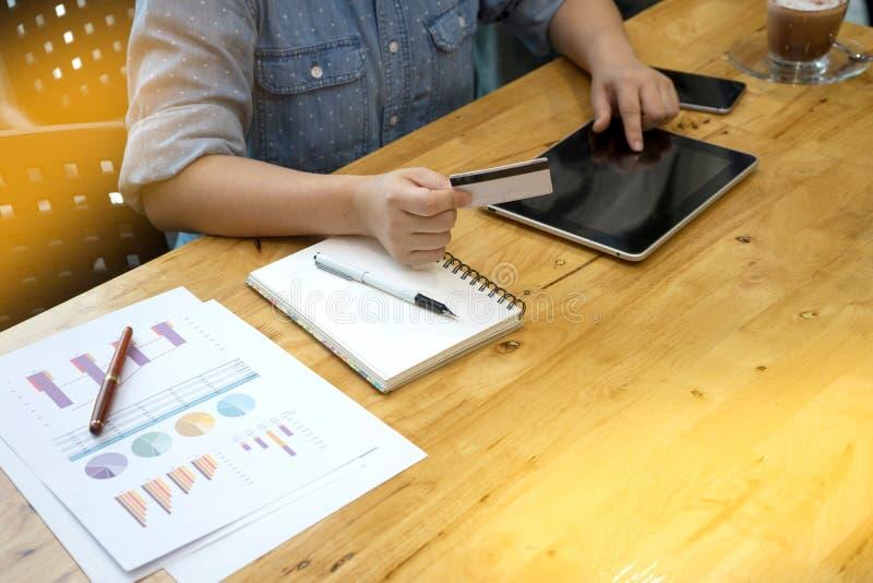 En affärsmanarbetsritning den många affären och analysen diagramgrafen använder kreditkorten fotografering för bildbyråer