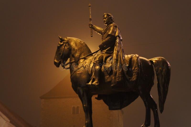 En aftonmist döljer statyn av konungen Ludwig på hans häst i Regensburg, Bayern, Tyskland arkivbild