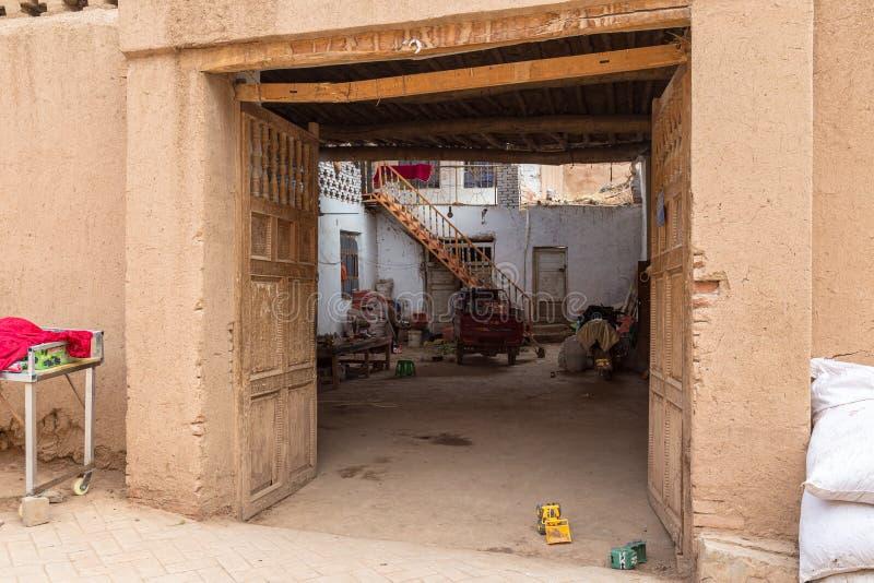 En agosto de 2017, pueblo Tuyuk, China de Tuyoq: el patio interior de una casa en este pueblo tradicional del uighur fotografía de archivo