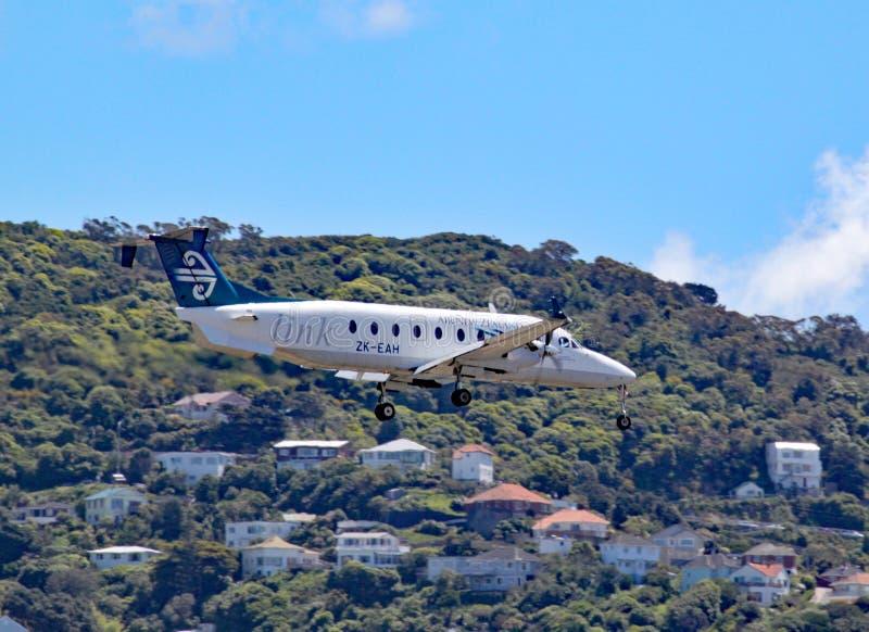 En Air New Zealand Beechcraft 1900D kommer in att landa på gummistövelflygplatsen, Nya Zeeland arkivbilder