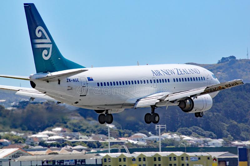 En Air New Zealand Boeing 737-3U3 kommer in att landa på gummistövelflygplatsen, Nya Zeeland Detta flygplan har därpå lämnat arkivfoton