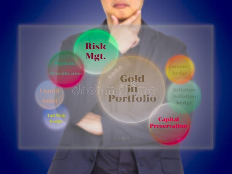 En aktieägare som betraktar fördelen av guld i portföljdiagra arkivfoto
