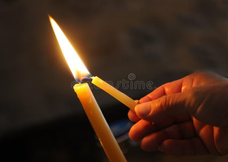 Download En Allumant La Bougie Pour Priez Photo stock - Image du effectuez, spirituality: 45371868