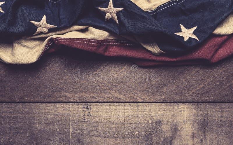 En amerikanska flaggan eller en bunting på en träbakgrund arkivbild