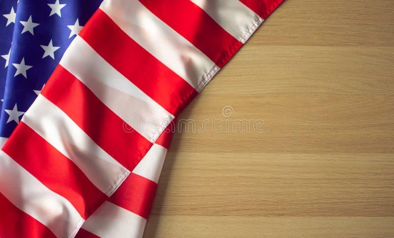 En amerikanUSA flagga på träjordningen royaltyfri fotografi