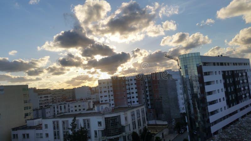 En amor con puesta del sol y el edificio fotografía de archivo