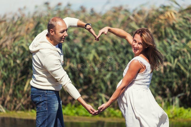 En amor y pares felices fotografía de archivo