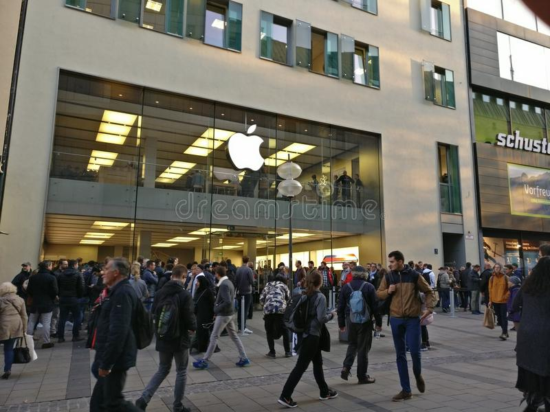 En annan dag en annan äpplelansering arkivbilder