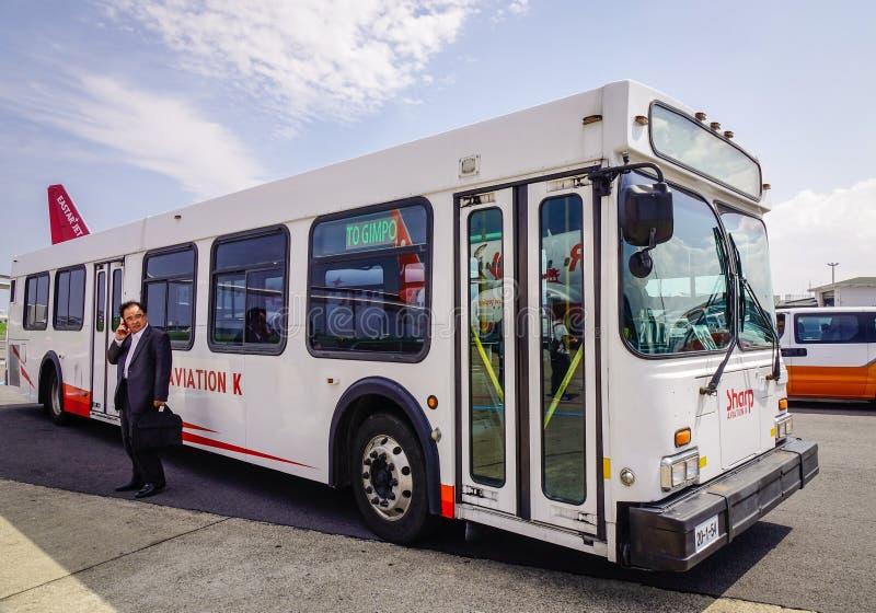 En anslutningsbuss på den Jeju flygplatsen royaltyfria bilder