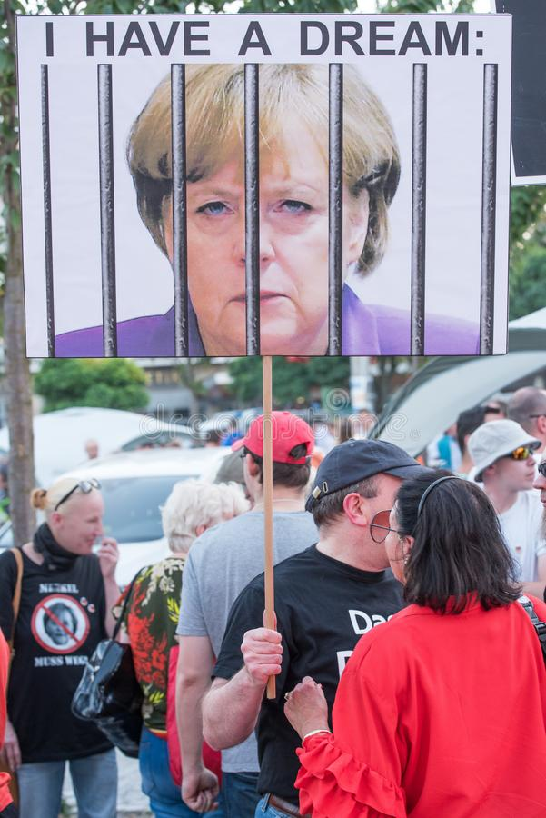 En anti--Merkelprotesterare arkivfoton