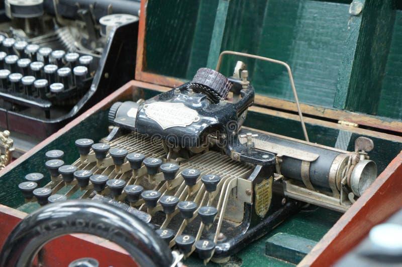 En antik skrivmaskin som visas av samlaren arkivfoto