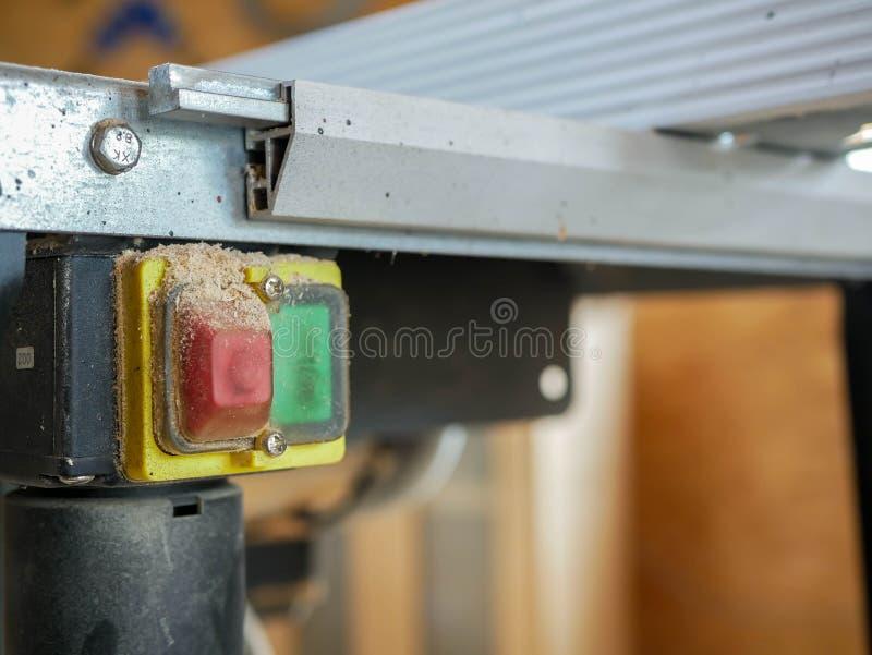 En apagado el interruptor cubierto con cierre del serrín encima del tiro en la tabla vio, imágenes de archivo libres de regalías