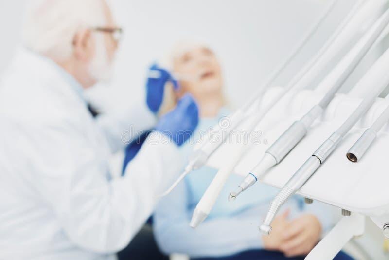 En appeler au patient féminin s'occupant du dentiste photos libres de droits