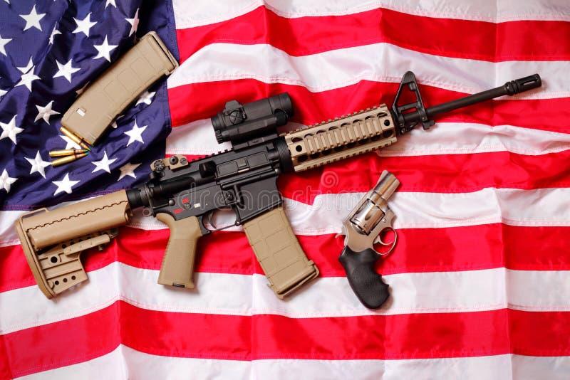 Ar-gevär & pistol på amerikanska flaggan royaltyfria bilder