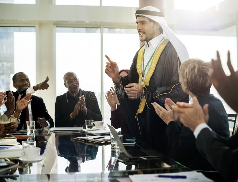 En arabisk affärsman som framlägger i ett möte royaltyfri fotografi