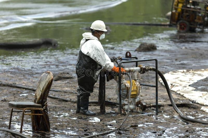En arbetare i biohazarddräkt under rengöringsoperationen royaltyfri fotografi