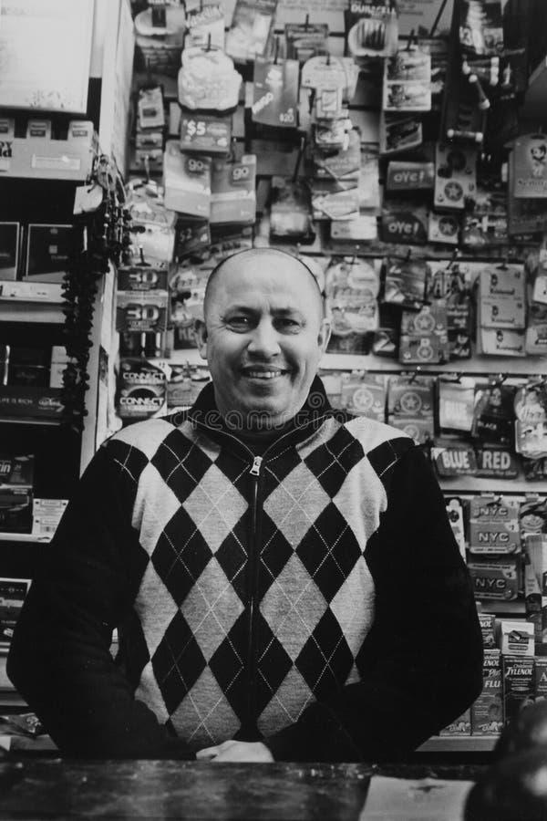 En arbetare som ler i en Bodega i Jackson Heights fotografering för bildbyråer