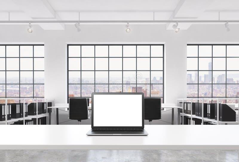 En arbetsplats i ett ljust modernt vindöppet utrymmekontor Ett funktionsdugligt skrivbord utrustas med en modern bärbar dator med vektor illustrationer