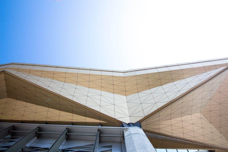 En arkitektonisk konstruktion från exponeringsglas och metall arkivbild