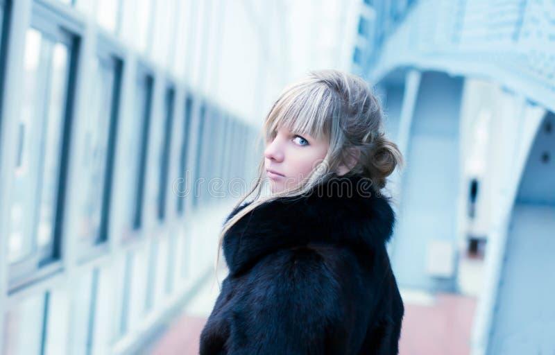 En arrière tournée verticale de jeune femme photographie stock libre de droits