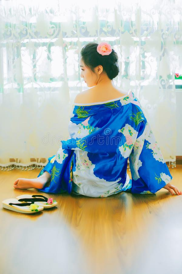En asiatisk flicka i kimono arkivbild