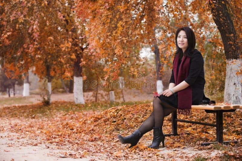 En asiatisk flicka i parkera royaltyfri foto