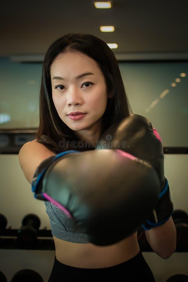 En asiatisk härlig kvinna som gör boxning royaltyfri foto