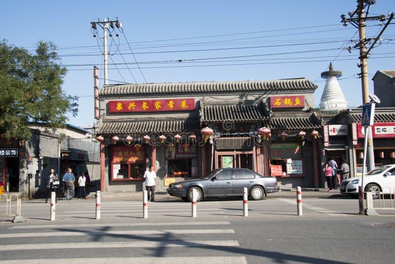 En Asie, Pékin, Chine, temple de Baita près de la rue, bâtiments antiques, boutiques, image libre de droits