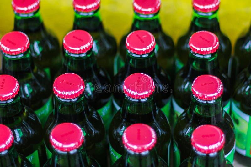 En ask av flaskor av l?sk mycket st?ngda flaskor Picknick i natur royaltyfri bild