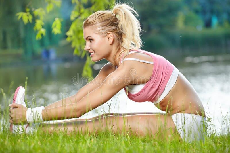 En attraktiv kvinnlig löparesträckning arkivfoton