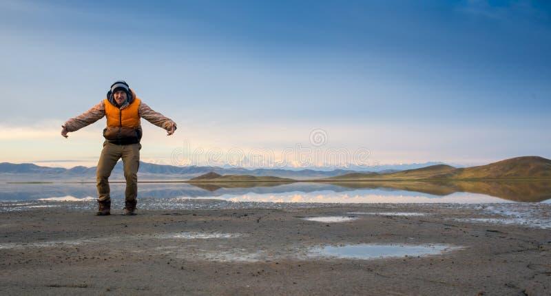 En augmentant le touriste ayez un repos dans son camp la nuit photos libres de droits