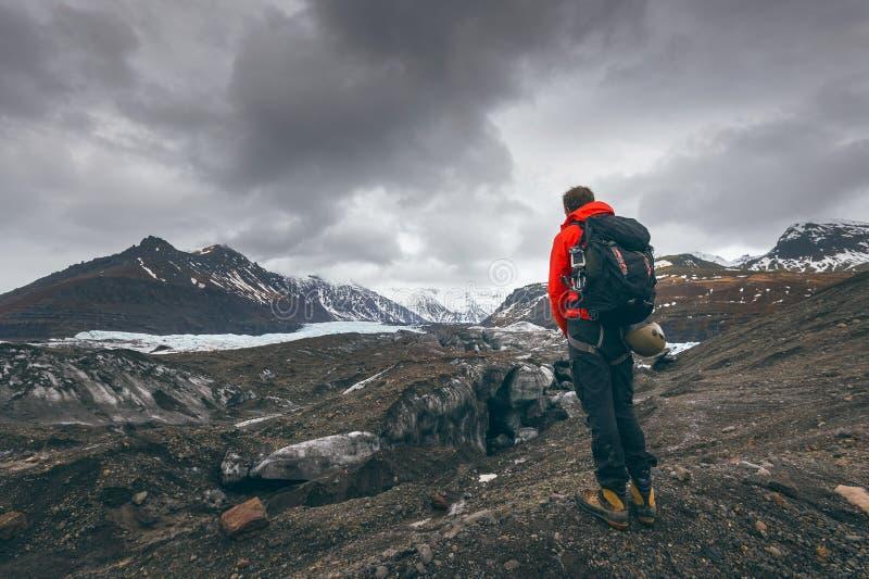 En augmentant le voyage d'aventure équipez le glacier de observation en Islande photographie stock libre de droits
