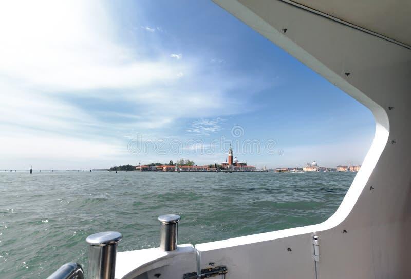 En av öarna av den Venedig sikten från skeppet royaltyfri fotografi