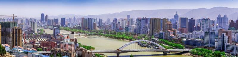 En av de ärke- broarna över Yellow River (Huang He) på Lanzhou, Gansu landskap, Kina arkivfoton