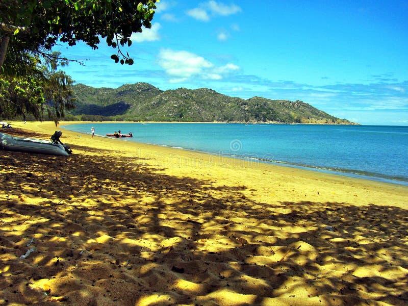 En av de avskilda sandiga stränderna på den magnetiska ön royaltyfri bild