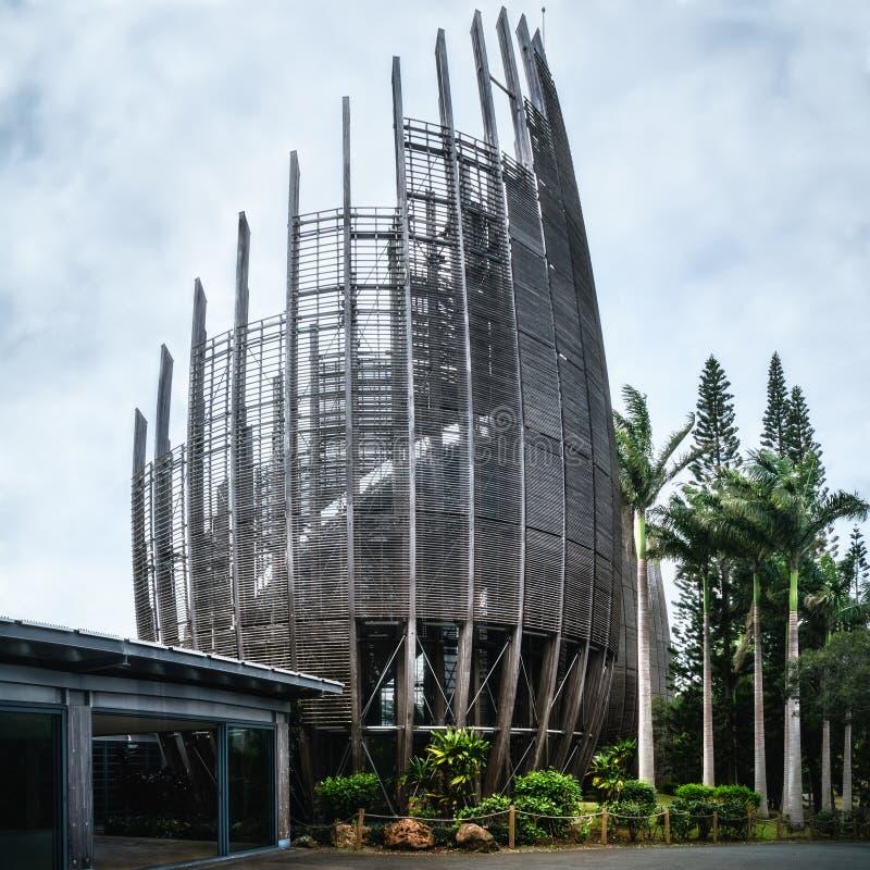 En av de avskurna strukturerna skal på Native Art Museum i Noumea royaltyfri bild