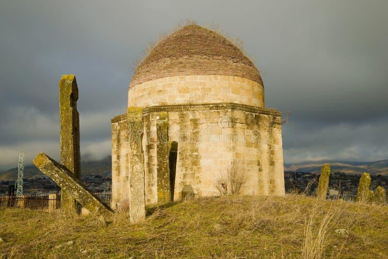 En av de forntida mausoleerna av 'Eddiens Gumbezs komplex Shemakhi Azerbajdzjan royaltyfri fotografi