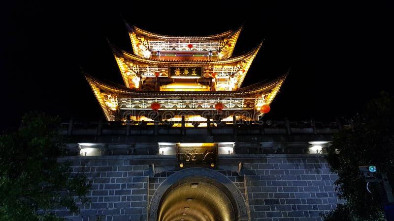 En av de forntida portarna av staden av Dali på natten, Yunnan, Kina arkivbilder