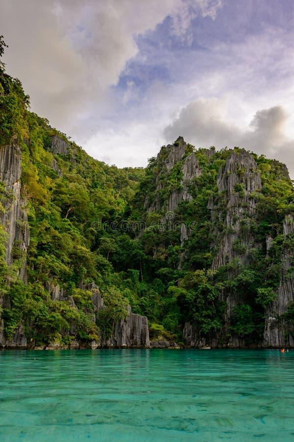 En av de huvudsakliga dragningarna av Filippinerna - tvilling- lagun av den Coron ön Palawan - Filippinerna royaltyfri bild